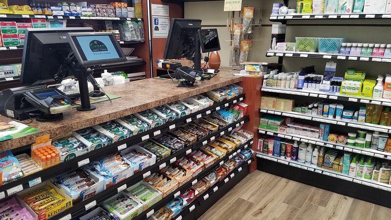 Balcão de checkout da loja com computadores e produtos variados