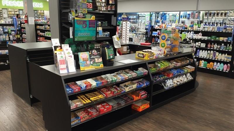 Balcão de checkout da loja com produtos variados