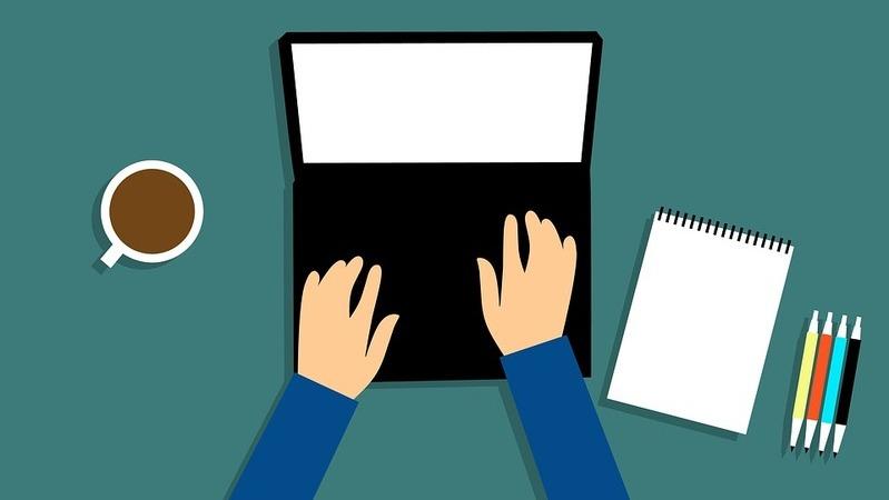 Ilustração homem digitando no notebook, mesa de escritório com computador, caneca de café, bloco de anotações e canetas