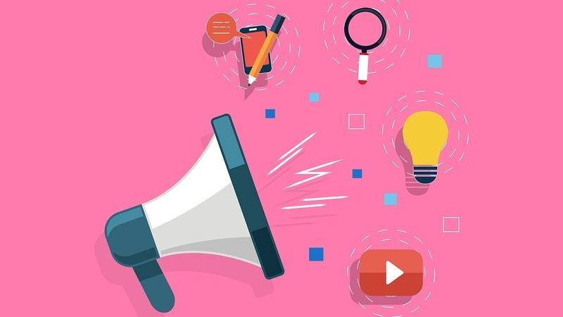 Ilustração com megafone, logomarca do Youtube, lâmpada, lupa, smartphone com lápis e balão de fala