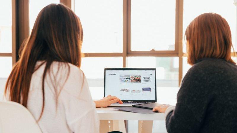 Duas mulheres olhando para o notebook