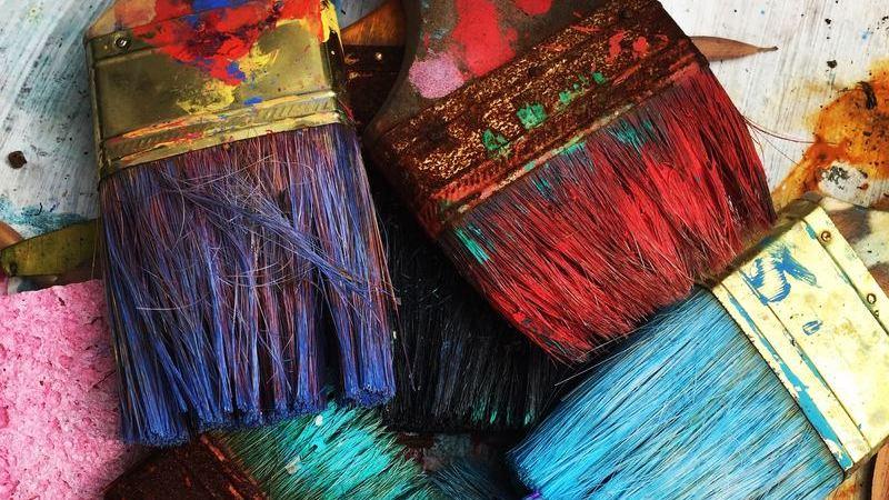 Pinceis grossos coloridos com tinta
