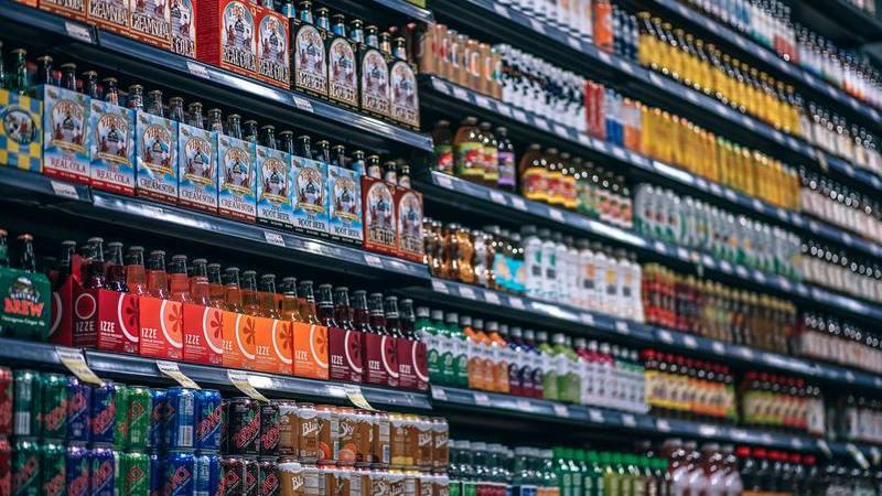 prateleira de bebidas com marcas corretamente posicionadas