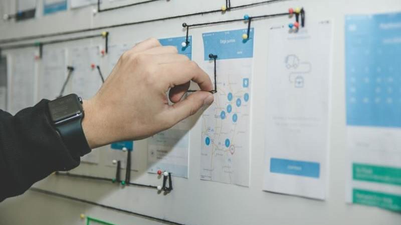 Pessoa trabalhando em um painel de planejamento comercial