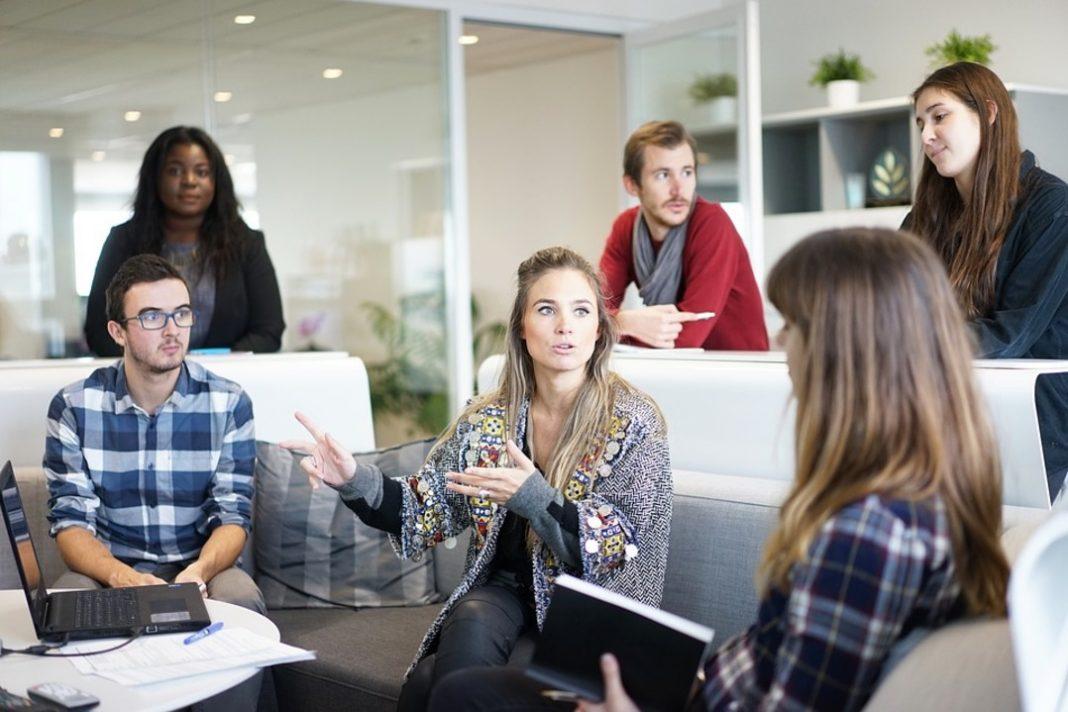 Equipe de trabalho de seis pessoas em uma reunião