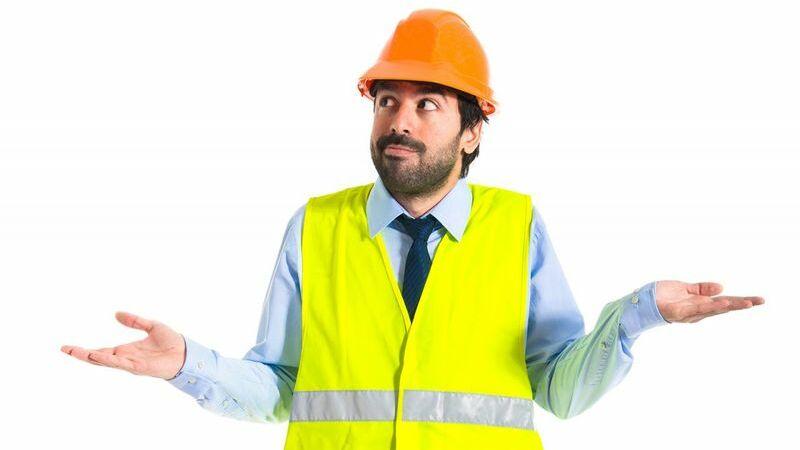 Homem vestido com equipamento de segurança fazendo gesto de dúvida