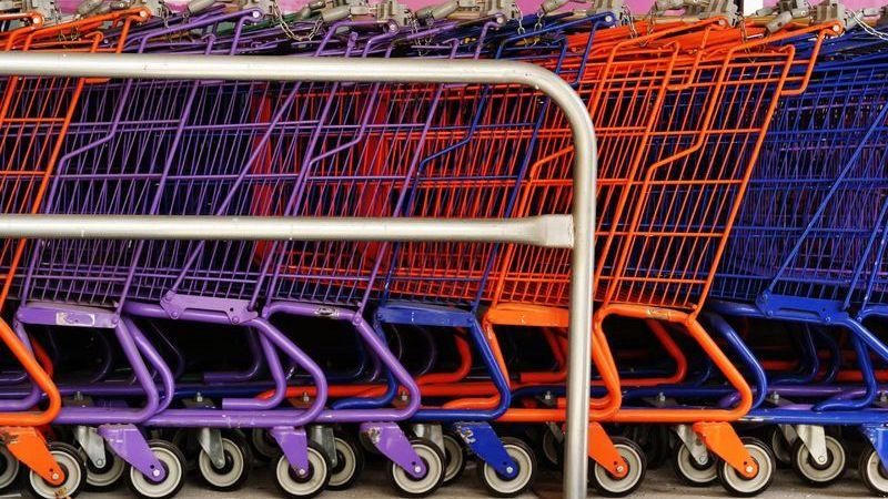 carrinhos de compra enfileirados