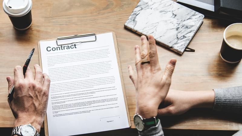 Pessoas assinando um contrato