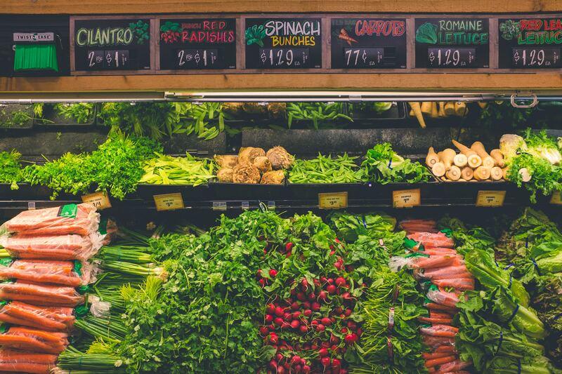 Cenouras e outras verduras em display no supermercado