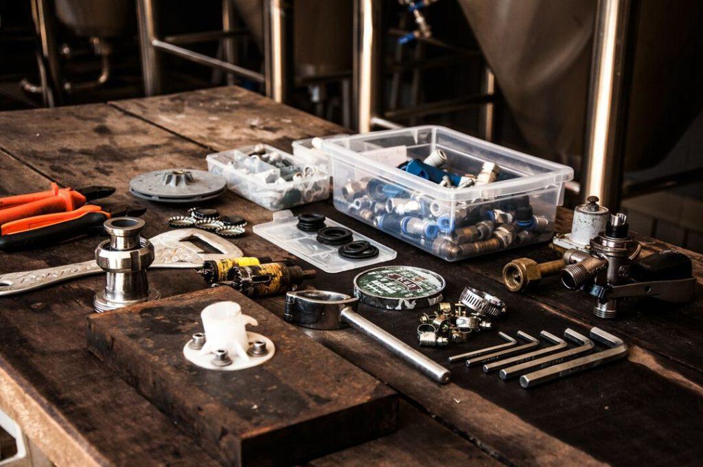Materiais hidráulicos sobre uma mesa de madeira