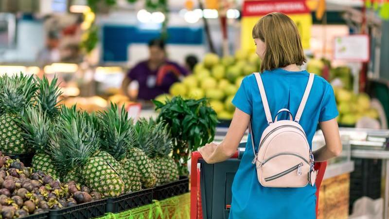 Mulher fazendo compras em sacolão