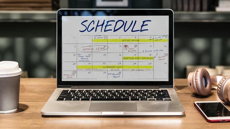 Notebook aberto em página com calendário