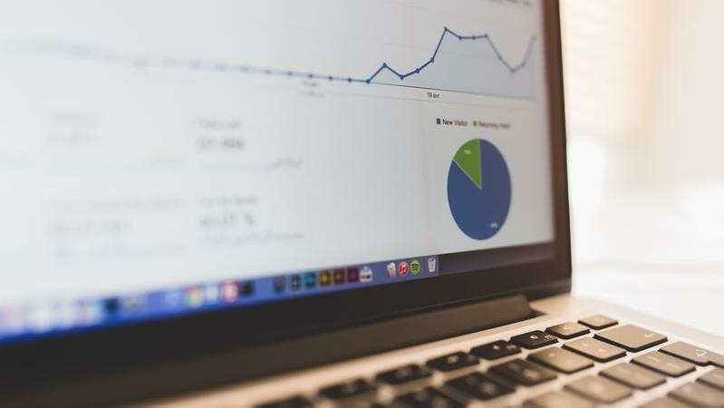 Tela de notebook com estatísticas