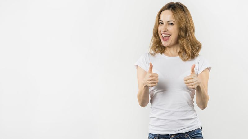 Mulher fazendo o sinal de positivo com as duas mãos em fundo branco