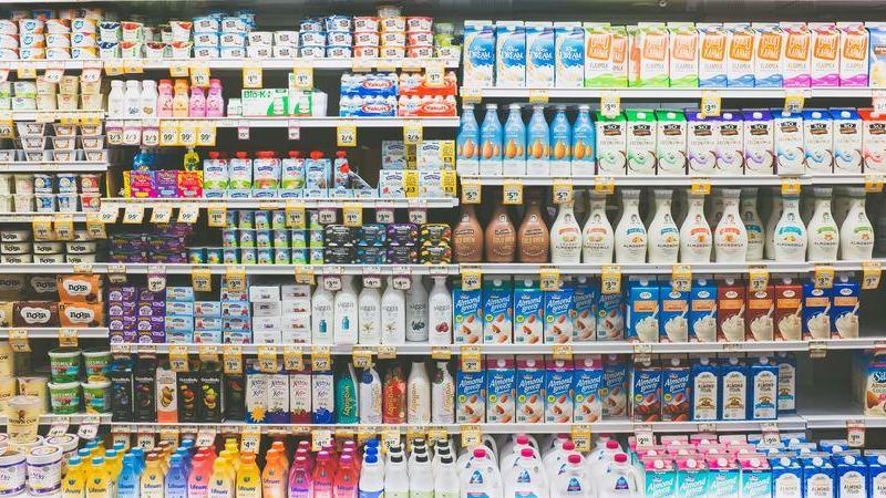 Prateleira de bebidas geladas, como iogurtes, em supermercado