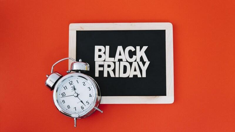 """Relógio em frente à quadro com """"Black Friday"""" escrito"""