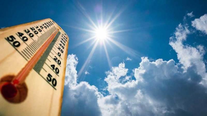 Termômetro de rua, céu azul verão, sol