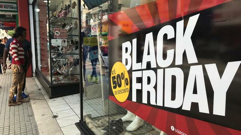 Vitrine com anúncio da black friday no Brasil