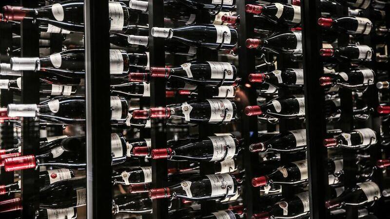 Adega com vários vinhos guardados