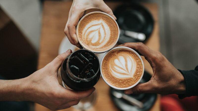 Brinde com cafés e chá gelado