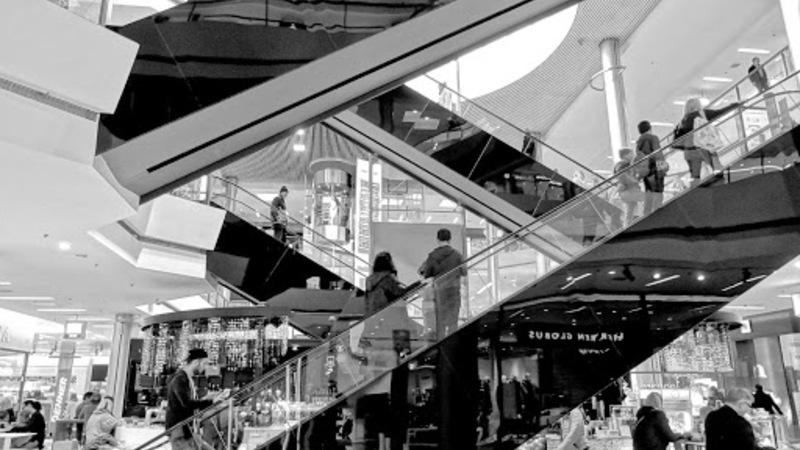 pessoas em escada rolante do shopping