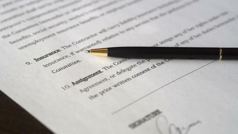 Caneta e documento assinado sobre a mesa