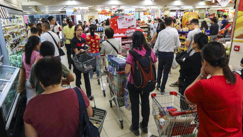Pessoas na fila do supermercado