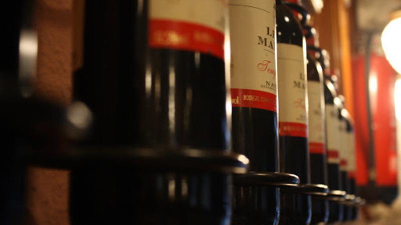 garrafas de vinho dispostas na gôndola
