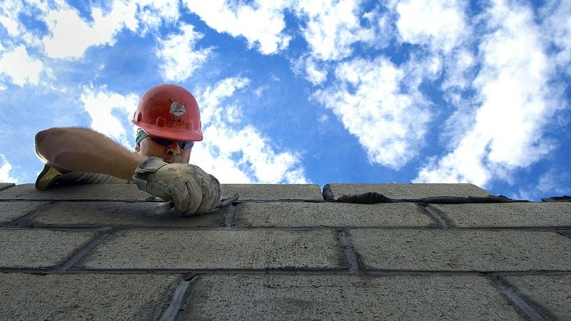 Pedreiro trabalhando em uma parede
