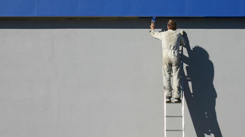 homem pintando uma fachada