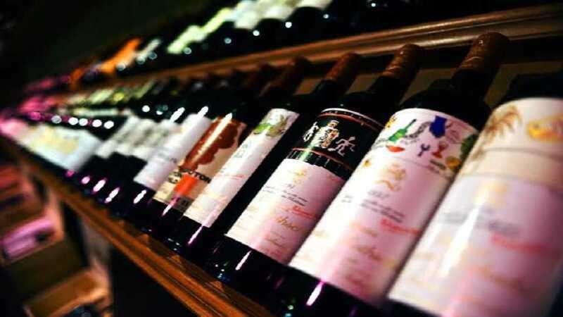 Prateleira de vinhos no supermercado