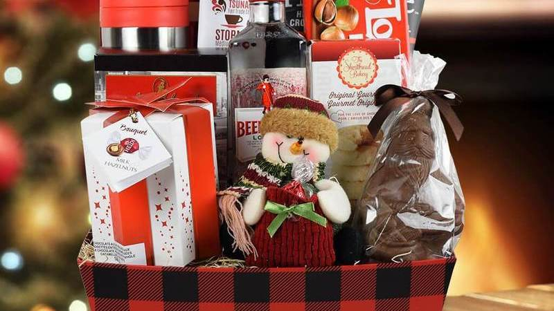 Cesta natalina com produtos de mercearia