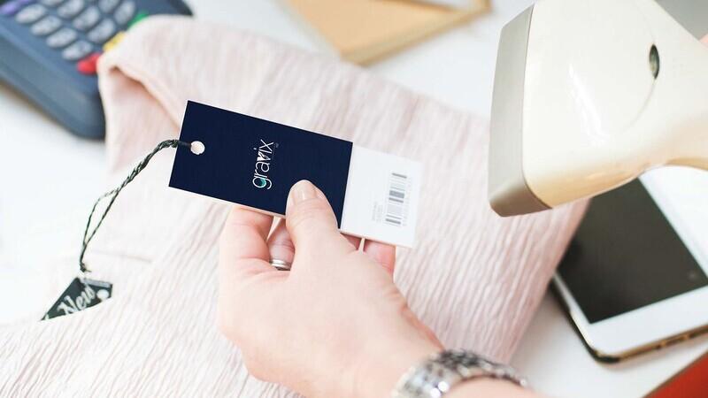 Pessoa usando aparelho leitor de preços em etiqueta