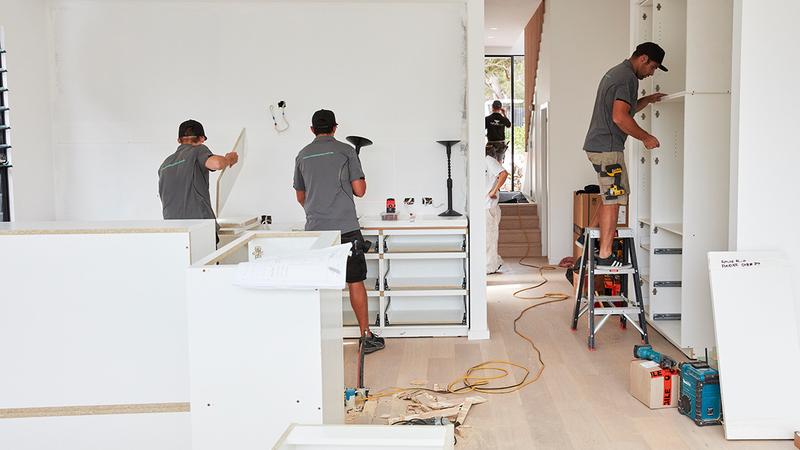Homens trabalhando na reforma de um ambiente