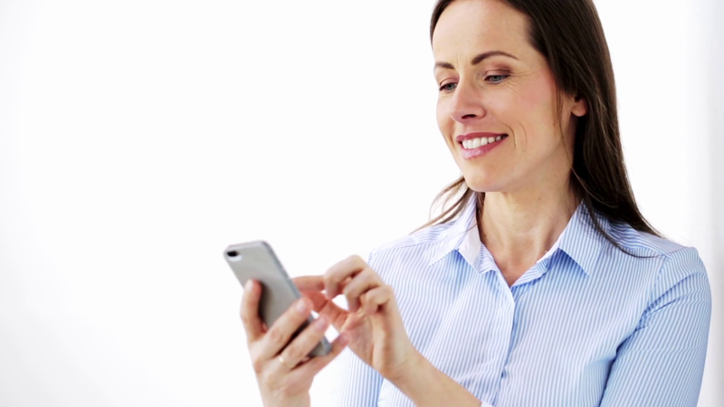 Mulher segurando smartphone