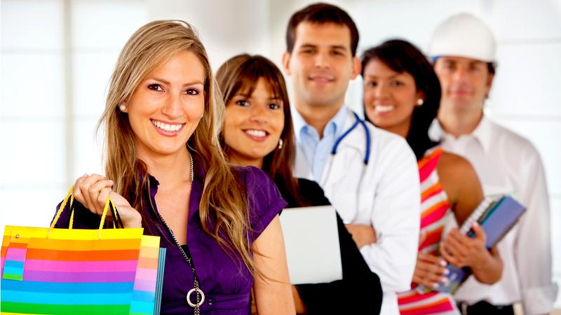 Pessoas de diferentes profissões sorrindo em filas. O cliente vem primeiro.