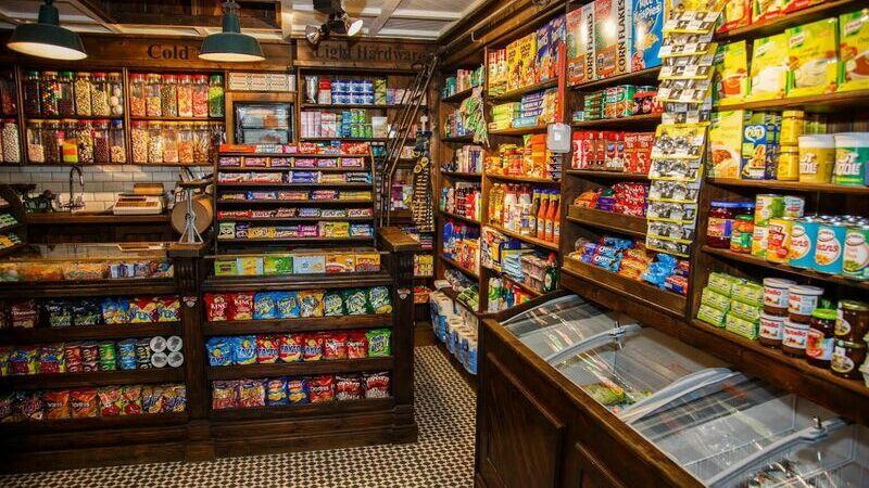 Loja pequena com prateleiras de produtos verticalizados