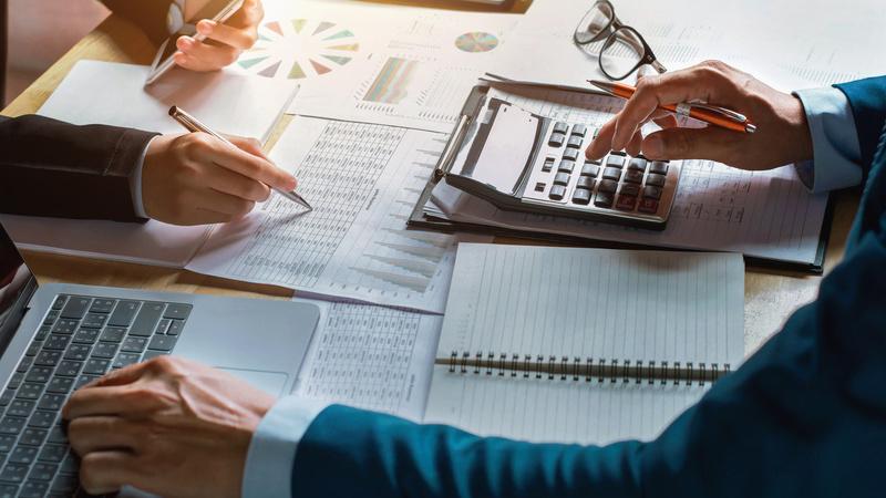 Pessoas fazendo contabilidade