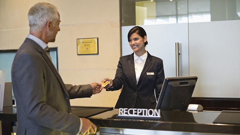Homem fazendo check-in na recepção do hotel