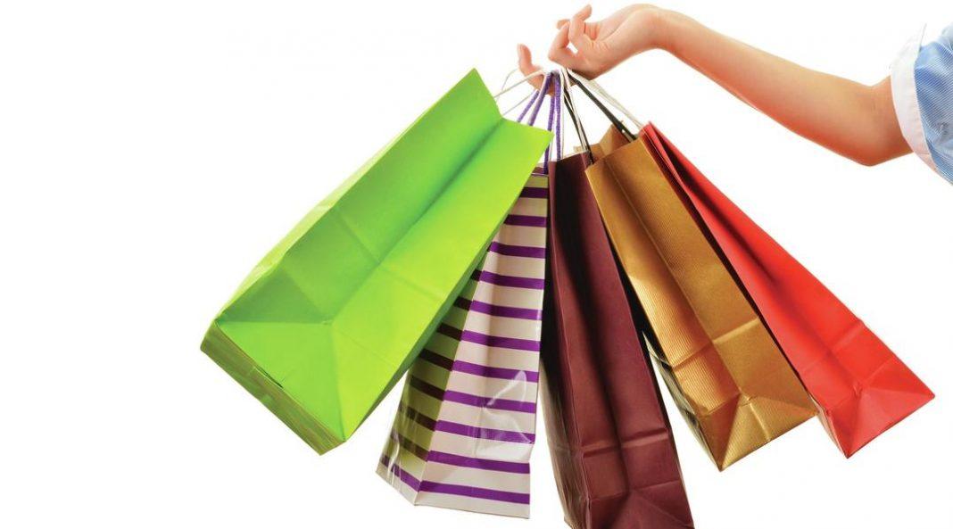 Braço carregando sacolas de compras