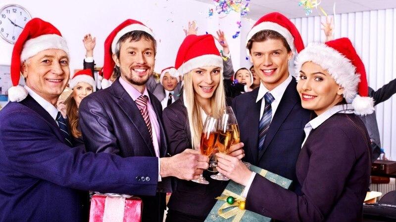 Pessoas no escritório segurando presentes e usando gorros de Papai Noel