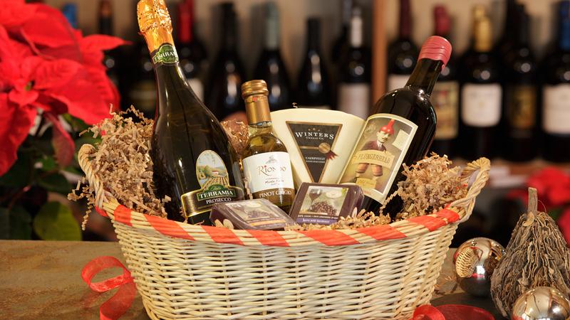 Cesta de natal com queijos e vinhos