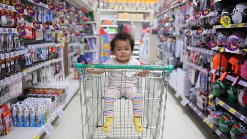 Muitas famílias levam crianças para as compras de volta às aulas
