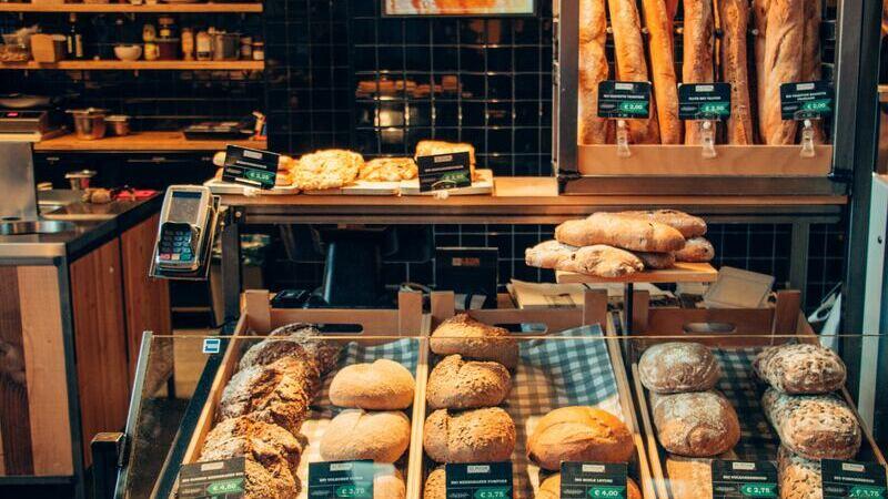 Vitrine de pães variados com etiquetas de preço