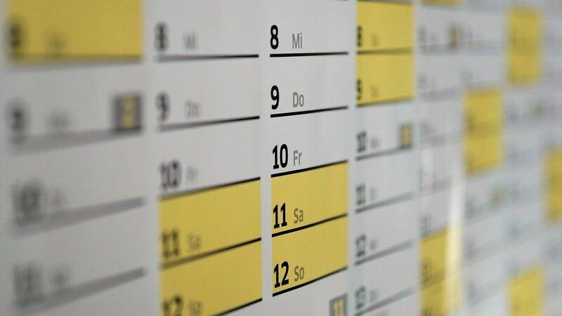 Calendário com datas marcadas em amarelo