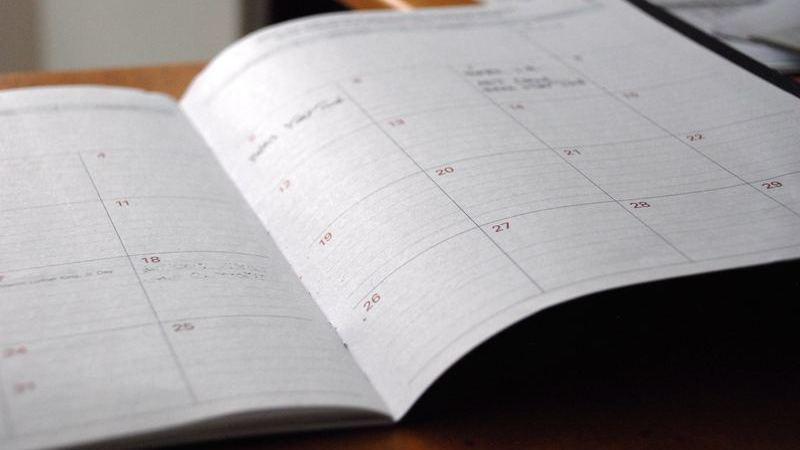 Calendário mensal em caderno pautado