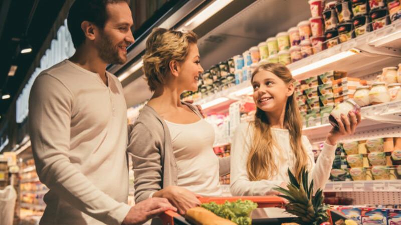 Família na seção de laticínios no supermercado