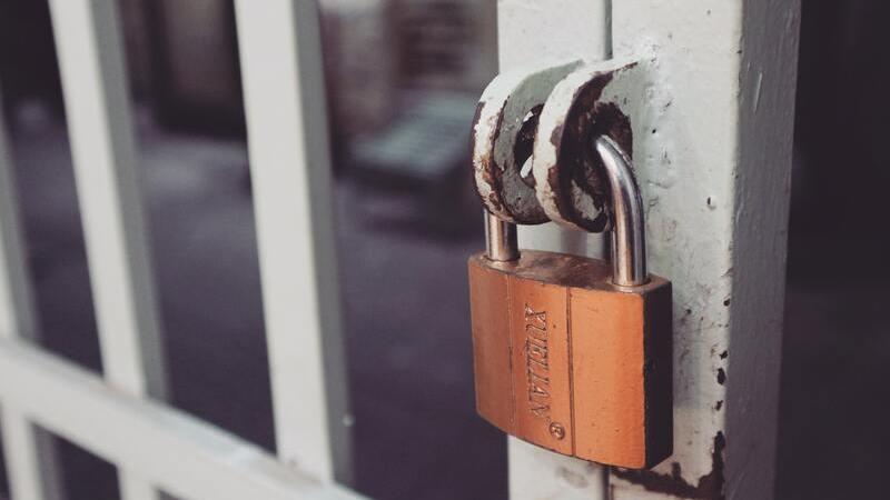 Portão fechado com um cadeado