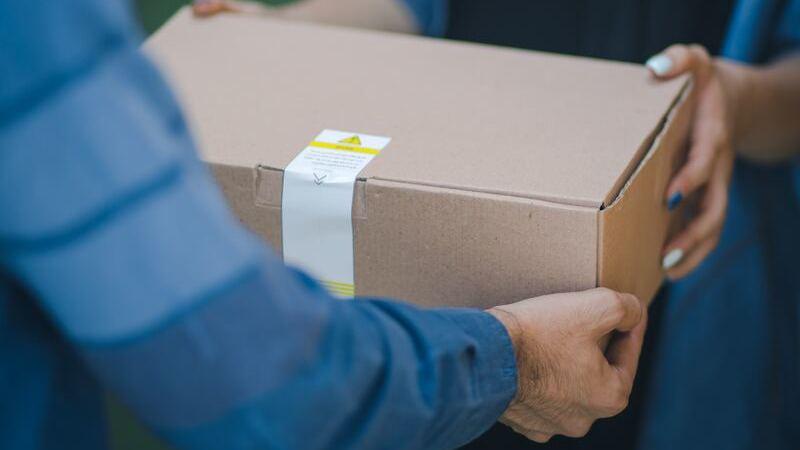 pacote sendo entregue