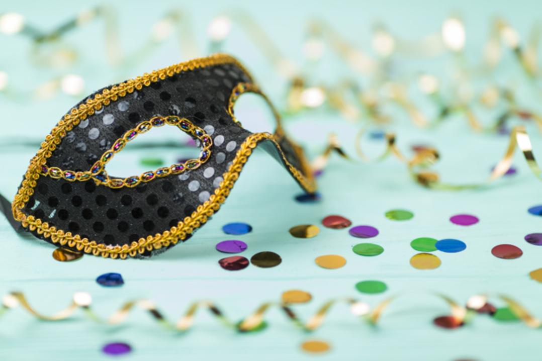 máscara de carnaval e festins no chão